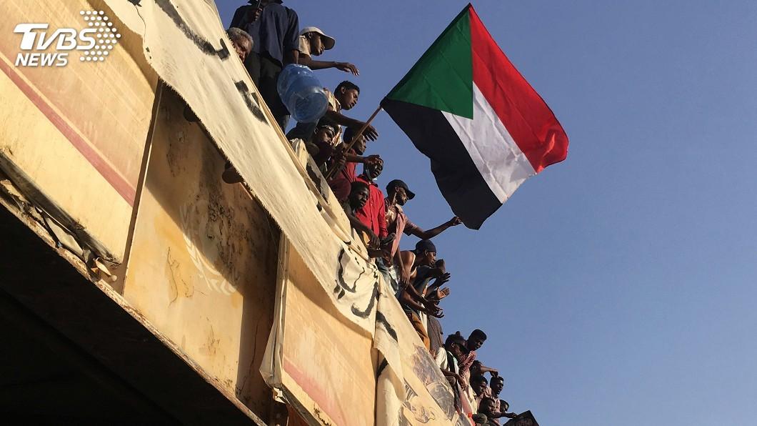 圖/達志影像路透社 蘇丹示威群眾遭催淚瓦斯驅趕 現場傳激烈槍聲