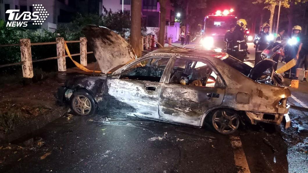 圖/中央社 開車自撞路樹起火 駕駛受困車內燒成焦屍