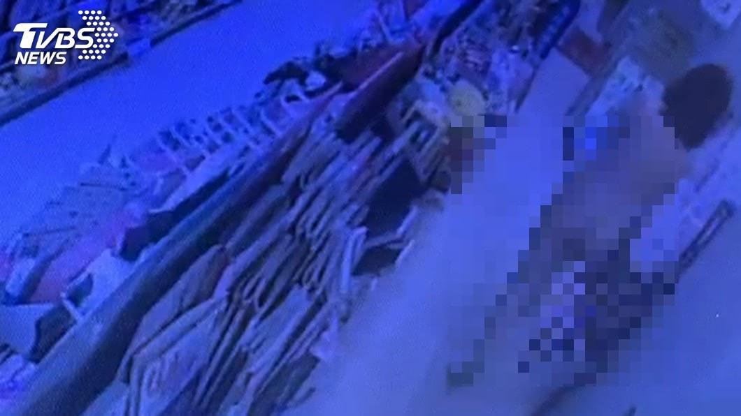 圖/TVBS 裸女凌晨衝進超商 向店員求救:報警!我被打!