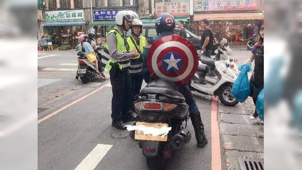 圖/爆料公社 2員警攔查「美國隊長」笑場 網虧:在要簽名啦!