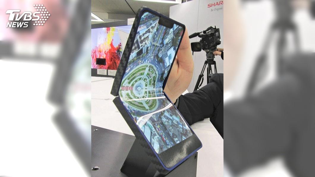 圖/達志影像美聯社 夏普推折疊智慧手機 採自家產OLED面板