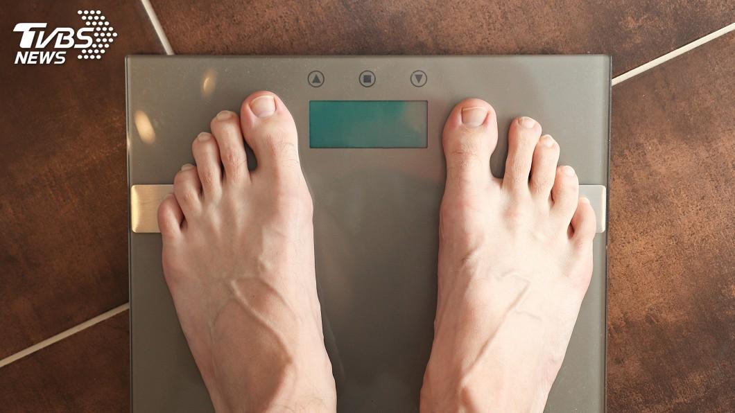 示意圖/TVBS 阿伯看診開心踏上「體重計」 治療師一看驚喊母湯