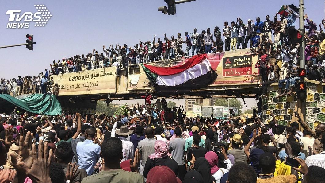 圖/達志影像美聯社 憂蘇丹軍方接管噩夢重演 抗議民眾如洗三溫暖