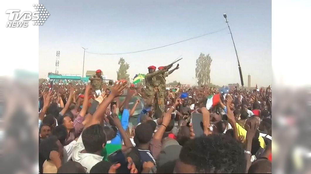 圖/翻攝自Now This YouTube 衝總統府逼萬年總統下台 蘇丹軍事政變