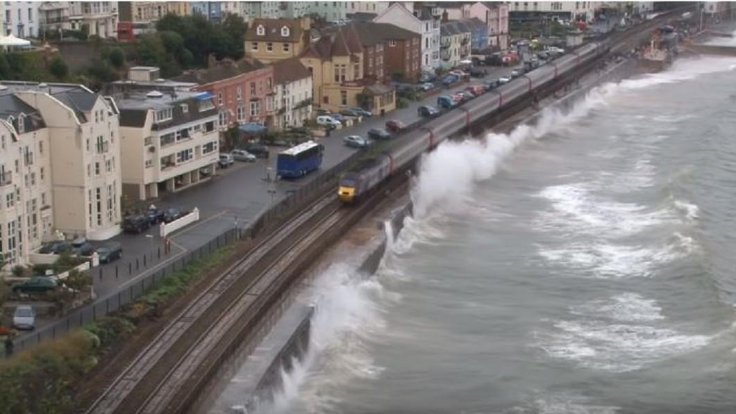 圖/翻攝自RailwayTV YouTube 不關窗會淹死 搭英吉利海峽這列火車像試膽量
