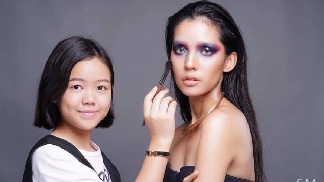 女孩去年還受到老師推薦,前往倫敦時裝周幫外國模特兒化妝。(圖/翻攝自臉書)