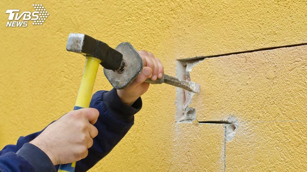 示意圖。圖/TVBS 隔壁飄臭!保全「牆壁鑿洞」大掃除 鄰怒:900萬在這
