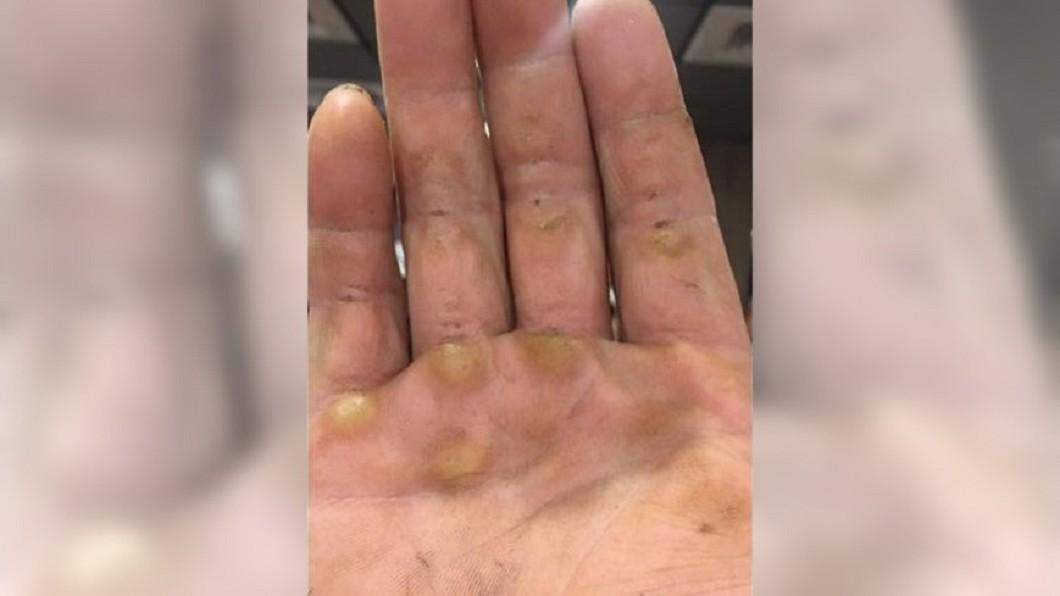 圖/爆怨公社 店員找零用「丟」的 工人曝滿手繭:沒有我們哪有電可用