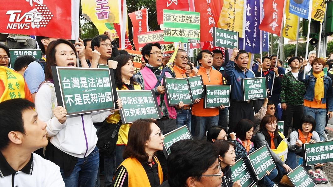 圖/中央社 教師法修法掀波 教師工會與家長立院外對立