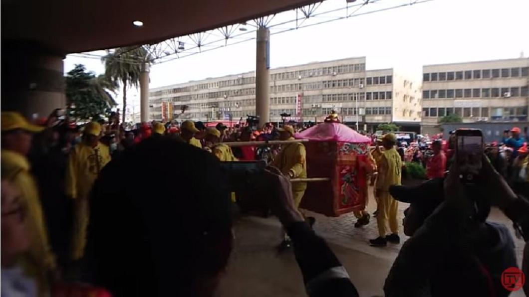 白沙屯媽祖鑾轎抵達童綜合醫院梧棲院區。(圖/翻攝自白沙屯媽祖網路電視台YouTube)