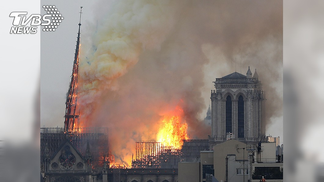 圖/達志影像美聯社 巴黎聖母院大火!850年尖塔斷了 民眾崩潰喊「不要」