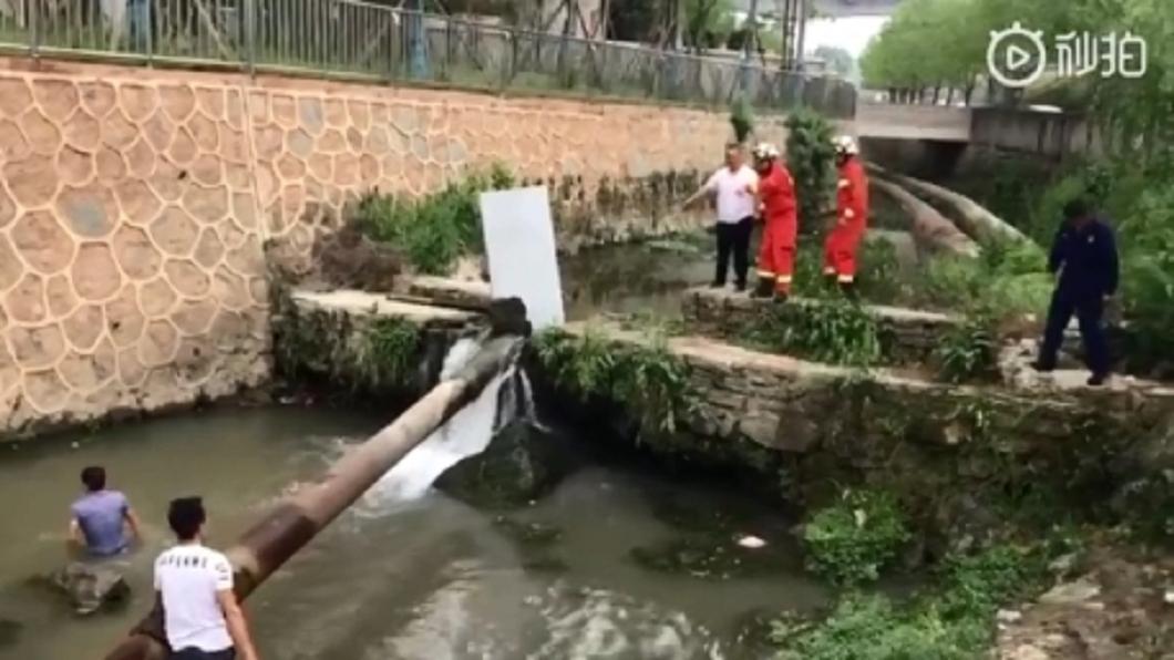 圖/翻攝自貴州都市報 2歲男童墜河被取水管吸入 卡管5小時斃命