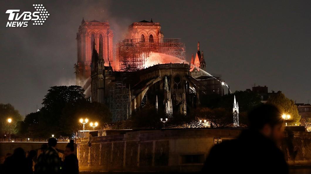 圖/達志影像路透社 巴黎聖母院陷火海 法國人心痛落淚