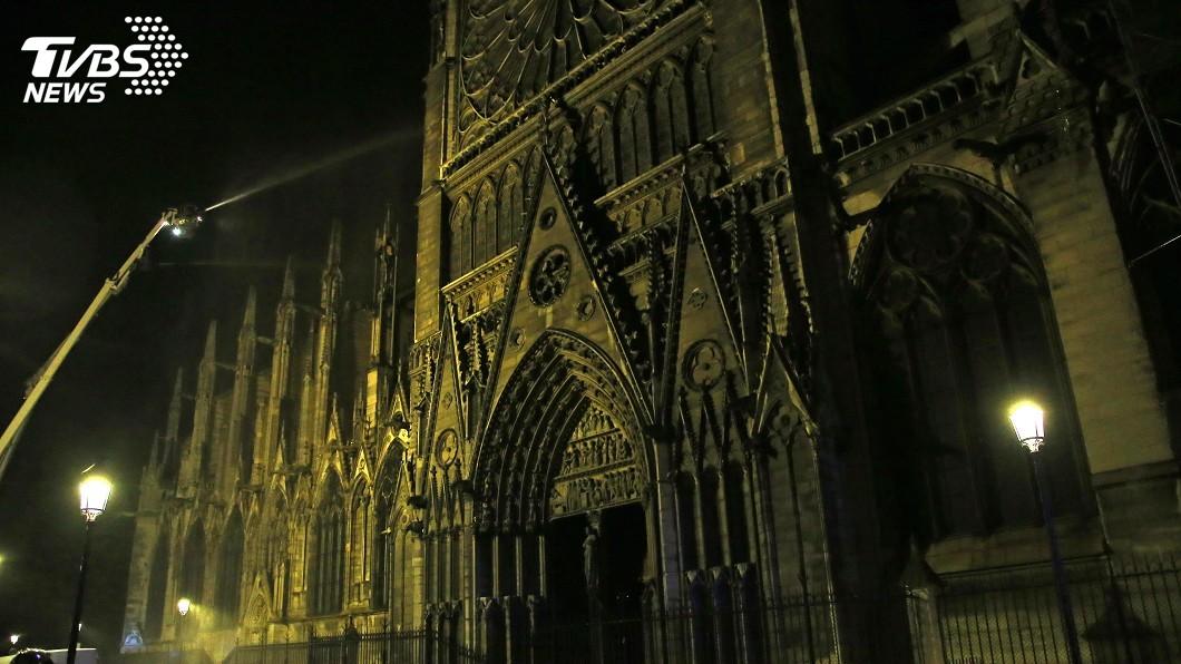 圖/達志影像美聯社 巴黎聖母院大火 打火英雄奮勇救回無價文化瑰寶