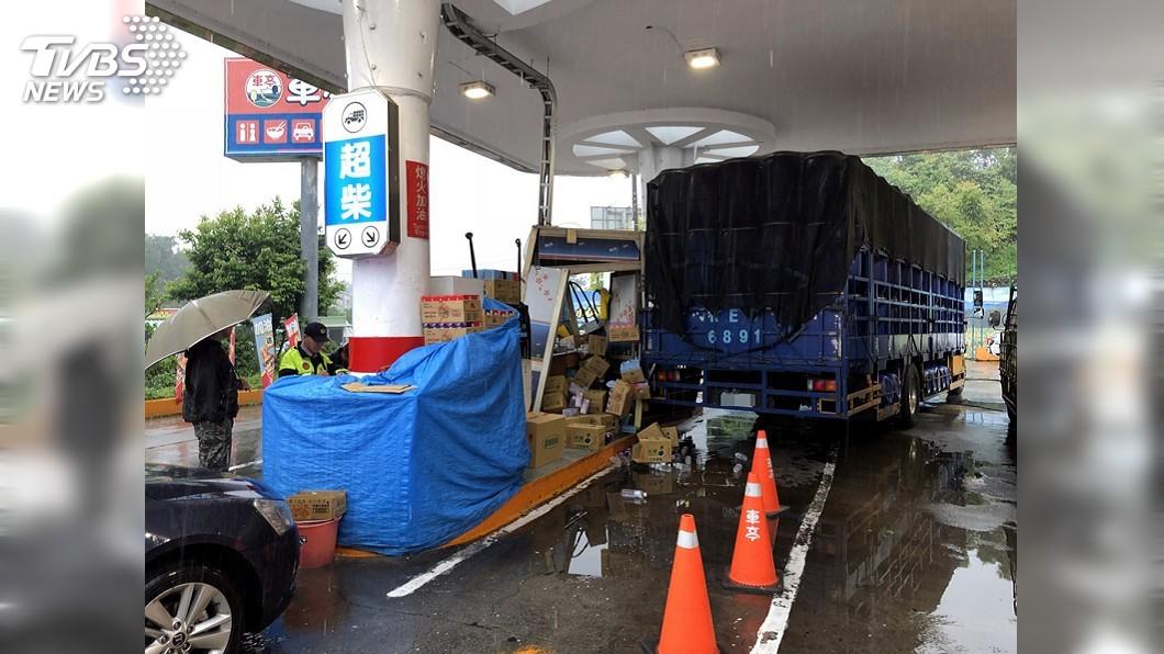 圖/中央社 大貨車扯垮加油亭 女員工慘遭貨物壓傷
