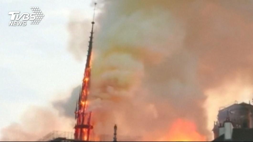圖/TVBS 法國人心碎! 巴黎聖母院大火尖塔燒斷