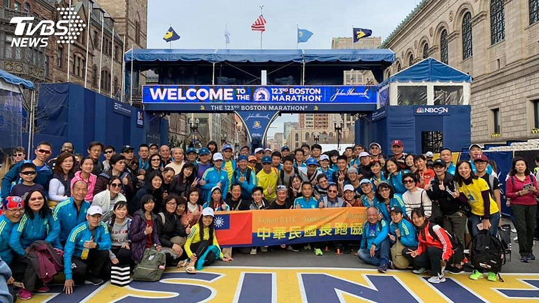圖/駐波士頓辦事處提供 波士頓馬拉松 台灣選手不畏風雨舉國旗衝線