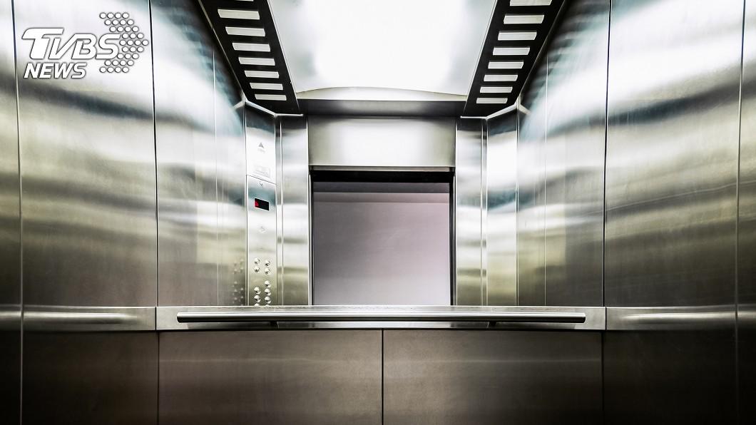 示意圖/TVBS 鄰居死按電梯不放「老公洗頭快好了」 他呆等20分氣炸