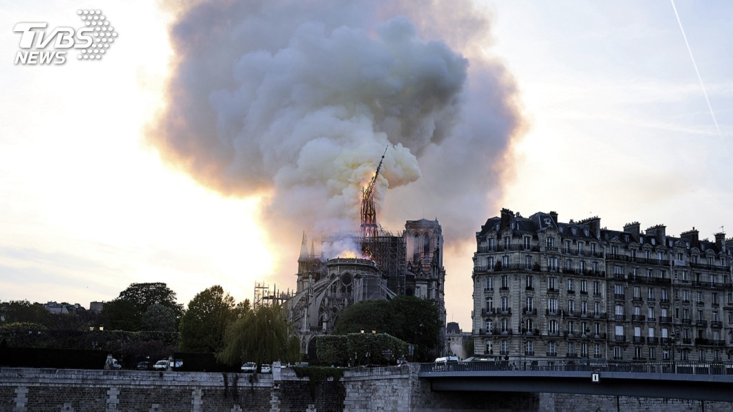 圖/達志影像美聯社 聖母院遭大火重創 馬克洪:希望5年內重建