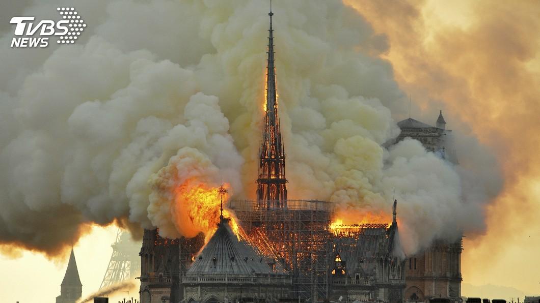 圖/達志影像美聯社 聖母院遭火吻 雨果及16世紀法預言家似曾預告