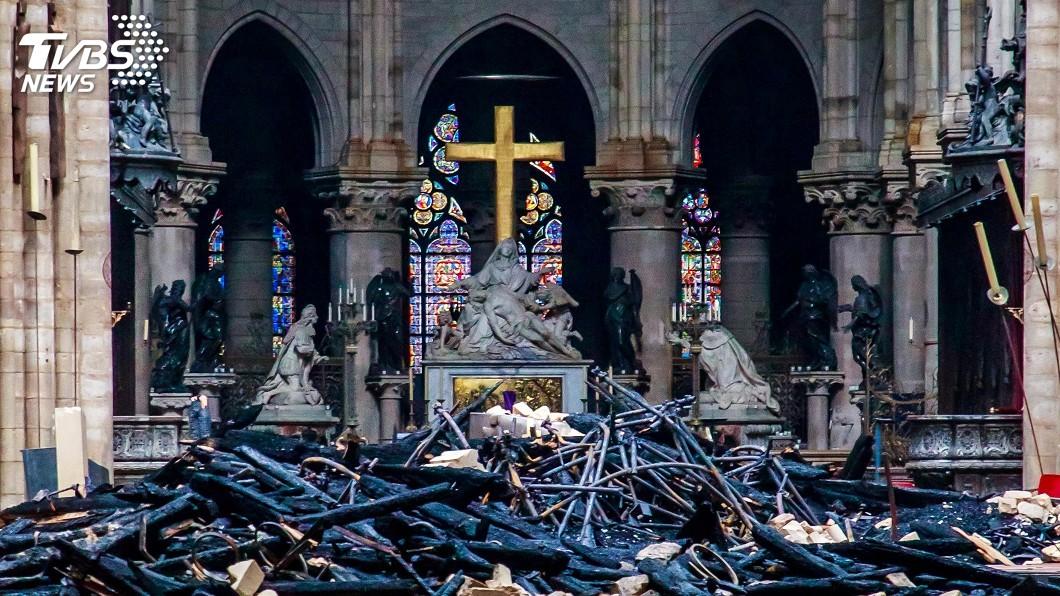 圖/達志影像路透社 聖母院遭火噬 川普致電馬克洪:美願協助重建