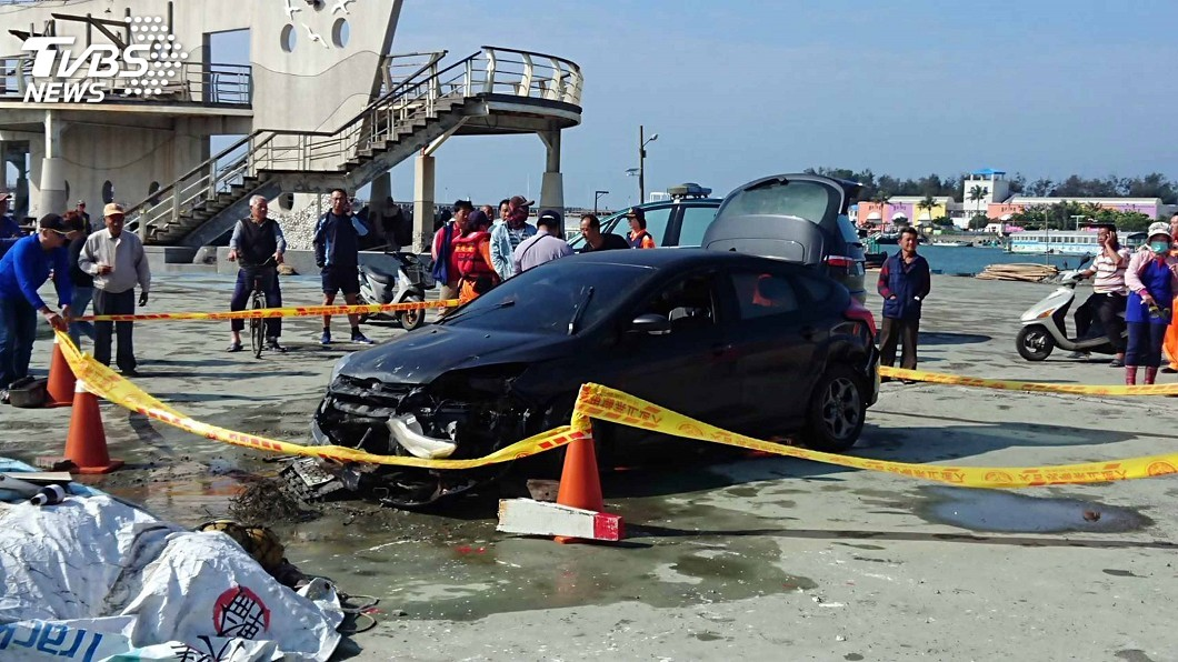 圖/中央社 東石漁港2車落水發現槍毒 警懷疑毒品交易引起