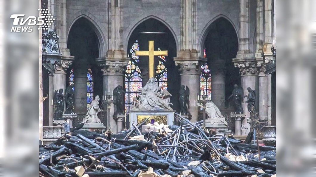 圖/達志影像美聯社 聖母院火災新畫面 黑暗聖殿天降紅色火花雨