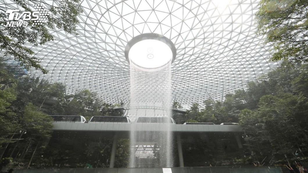 圖/中央社 全球最高室內瀑布高達40公尺 新加坡樟宜機場新地標