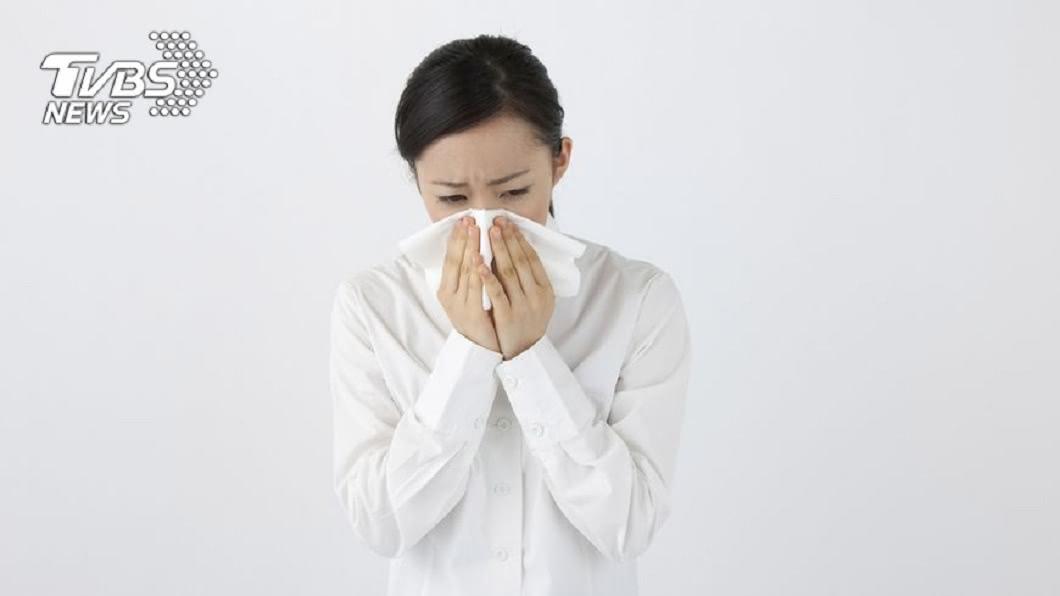 一名15歲少女不時常流鼻涕還散發出惡臭,時間長達10年,讓她十分煩惱。(示意圖/TVBS) 鼻涕狂流還散惡臭 15歲少女鼻腔藏「蹼狀物」10年