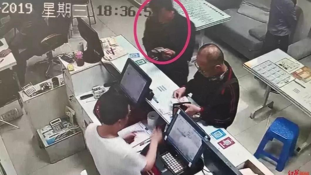 邢男(紅圈者)從廢棄廂撿起1張彩券,意外中獎。圖/搜狐