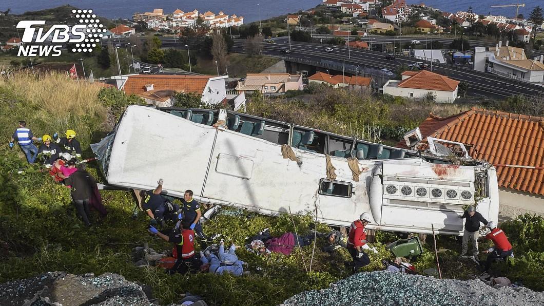 圖/達志影像美聯社 遊覽車翻覆「砸在屋頂上」 28人斷魂遺體四散