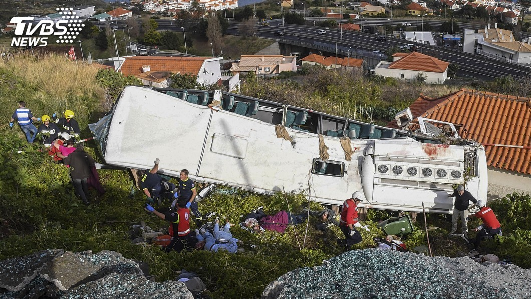 圖/達志影像美聯社 葡萄牙馬迪拉島遊覽車翻覆滾落山坡 傳28人喪生
