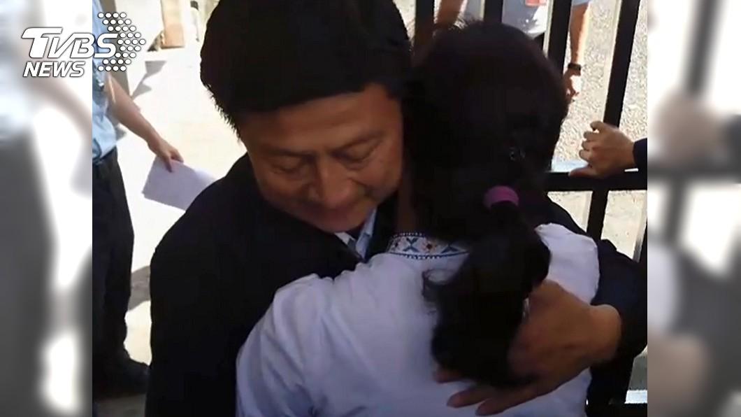 圖/TVBS 傅崐萁出獄擁抱愛妻! 上百支持者《龍的傳人》接風