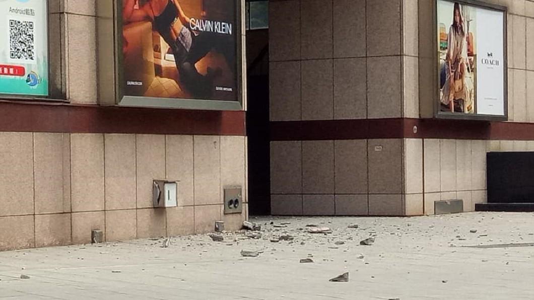 台北市天母高島屋傳出外牆磁磚掉落。圖/翻攝自 爆廢公社二館