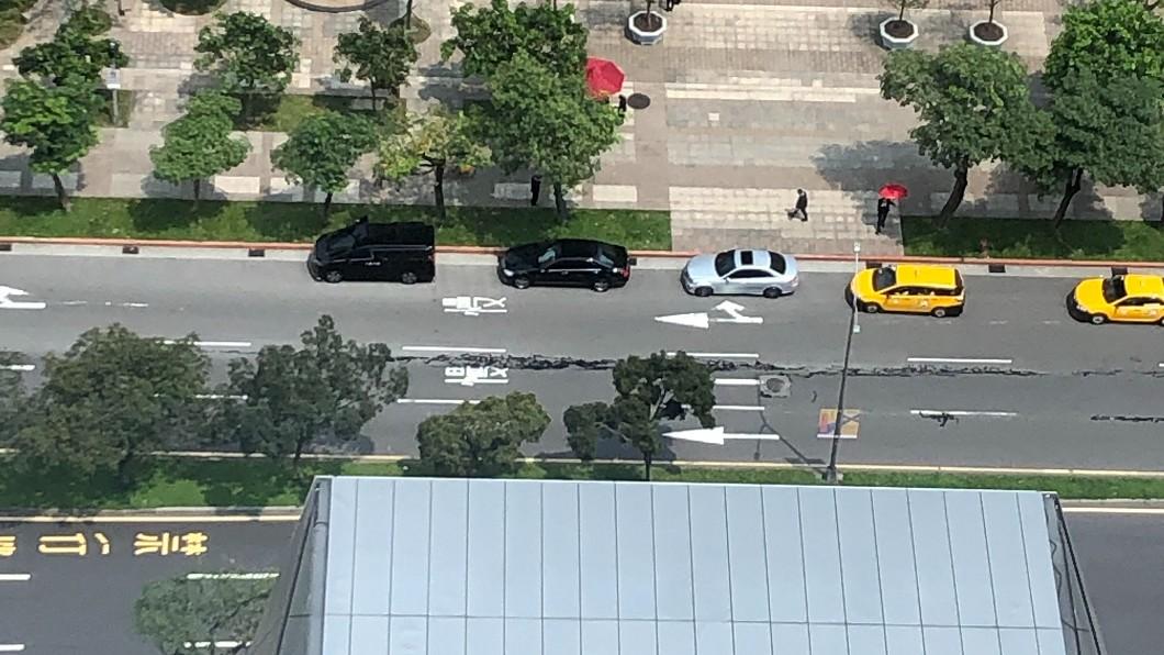 網路流傳台北信義區松仁路龜裂,經警方勘查,證實是油漆潑灑。圖/翻攝自 爆廢公社二館