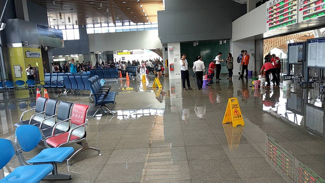 受地震影響,台鐵花蓮站大廳水管斷裂發生漏水。 圖/台鐵提供  今年首起規模6以上地震 花蓮搖66秒最久