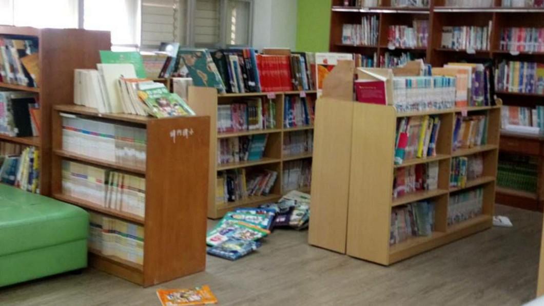 花蓮銅門國小圖書館書籍掉落。 圖/銅門國小提供