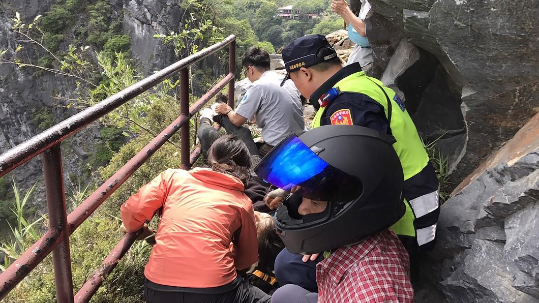 圖/花蓮縣消防局新城分局提供 花蓮地震中橫落石 馬來西亞籍男子遭砸重傷