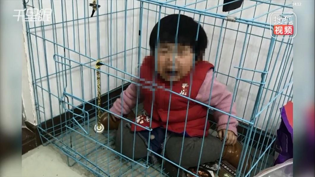 圖/翻攝搜狐視 狠父將女繫繩關狗籠 傳受虐照給前妻:為了氣她