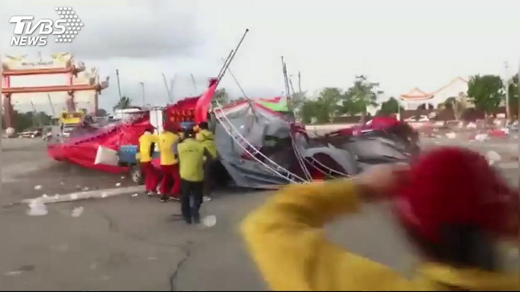 圖/TVBS 強風狂吹!廟會棚架吹翻壓人車 眾人驚逃