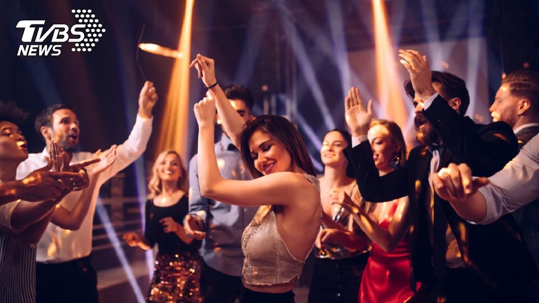 女學生夜店玩嗨了,脫掉上衣露胸跳舞。示意圖/TVBS 女大生夜店尬舞「全脫」 回家驚覺12萬人早看光