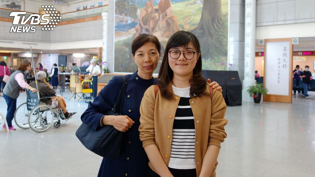 李依純(右)接獲骨髓配對成功的通知後,特別飛回台灣救人。圖/中央社 不能等!她知骨髓配對成功 秒從日本飛回台救人