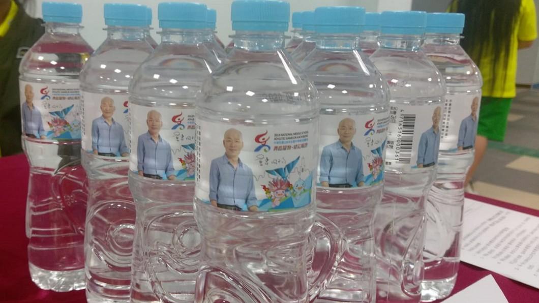 圖/翻攝臉書 全中運瓶裝水印「韓國瑜」 被網批:造神