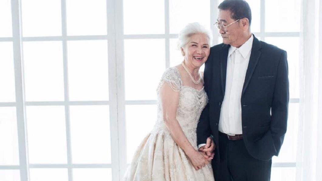 圖/翻攝爆廢公社二館 甘願被閃瞎!80歲夫妻甜曬婚紗照 「不需認老」