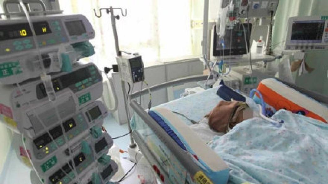 一名才3個月大女嬰被高中墜落的蘋果砸中腦部,醫師研判她的右腦功能恐終身喪失。(圖/翻攝自微博) 嬰被天降蘋果K腦恐殘 母向11歲「兇手」索賠2千萬