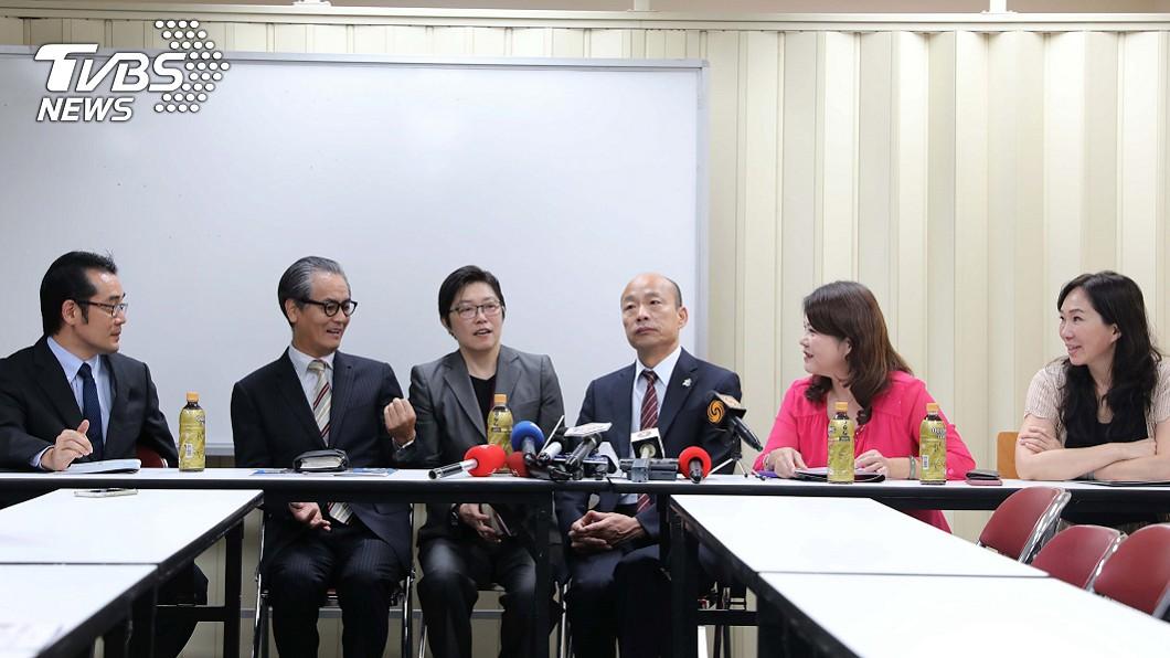 韓國瑜參觀早稻田澀谷高中新加坡分校。(圖/中央社)