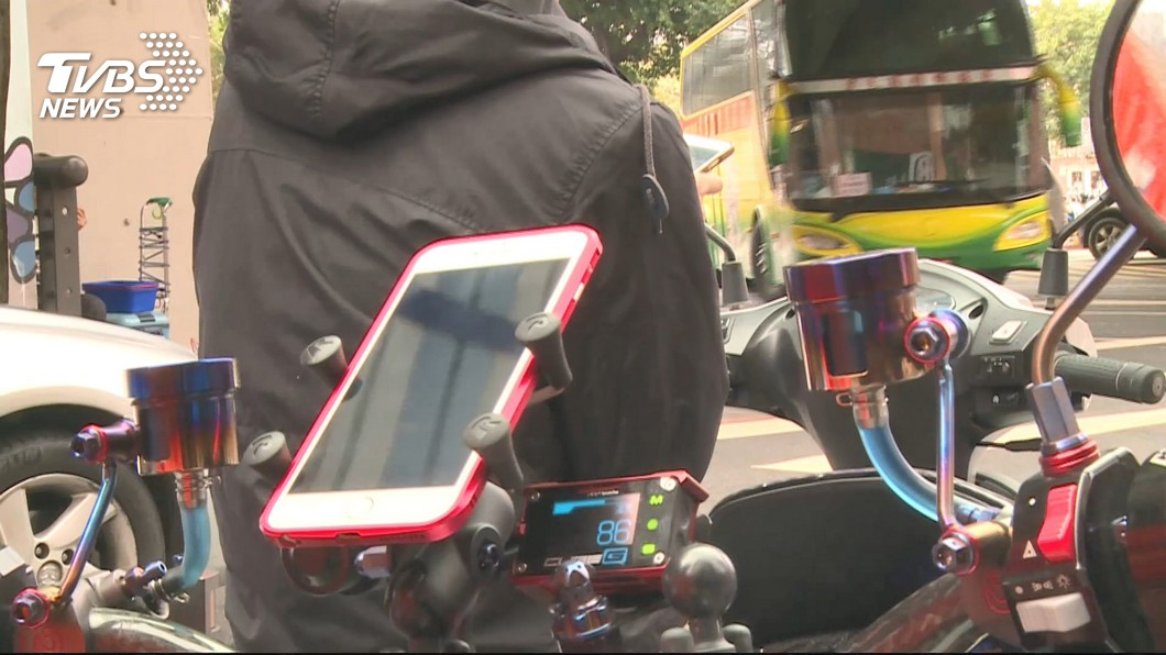 機車加裝手機架,安全問題引爭議。圖/TVBS 外送機車裝手機架看導航違規? 有操作就開罰!