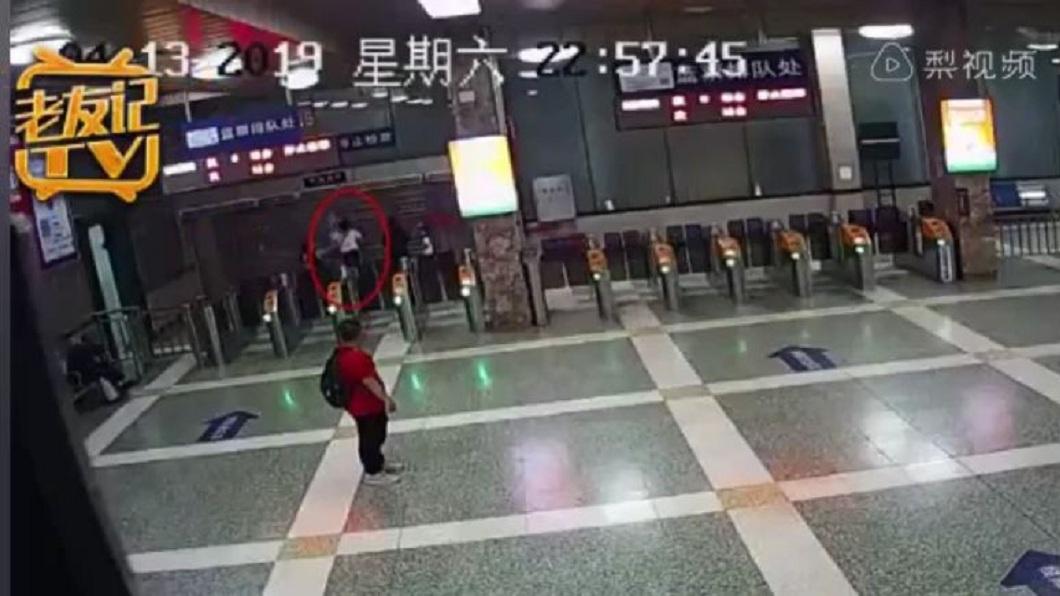 眼見要進入月台的鐵門關閉,婦人氣得狂踹。(圖/翻攝自梨視頻)