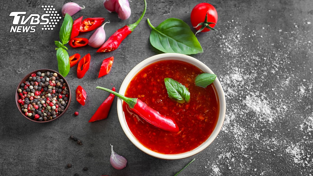 不少人吃食物時,都喜歡加些辣椒醬提味。(示意圖/TVBS) 狂裝免費辣椒醬…大嬸撈到剩蔥末 老闆娘臭臉:夠了沒?