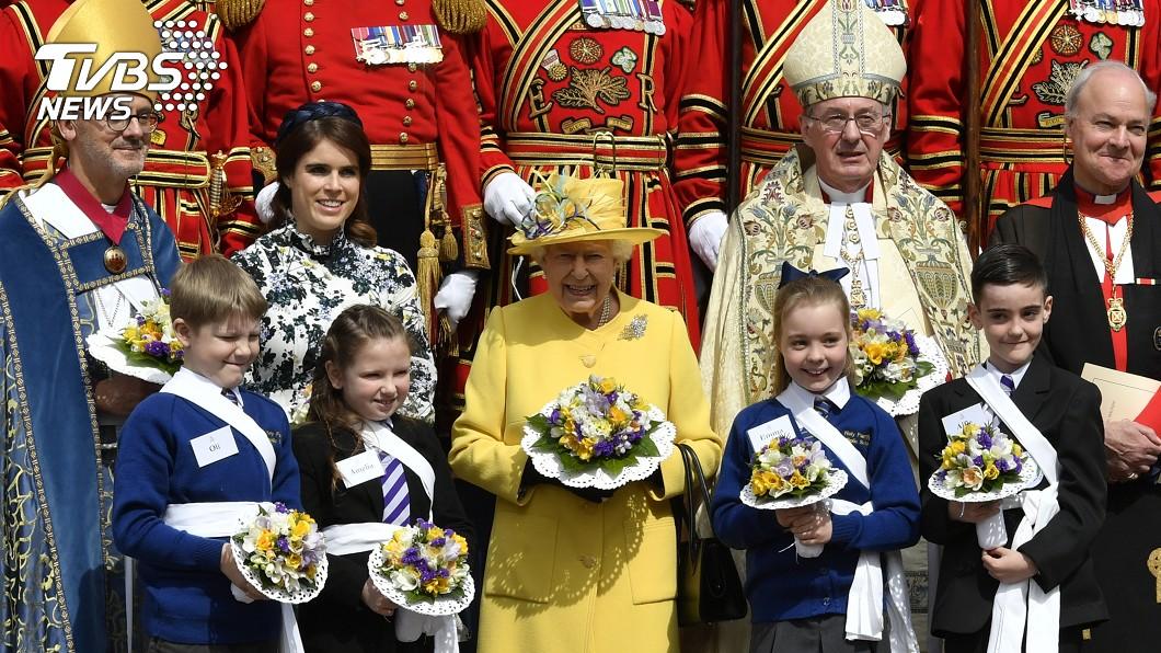 英國女王伊莉莎白二世(中,黃衣者)歡度93歲生日。圖/達志影像美聯社 全球在位最久君王! 英女王歡慶93歲生日